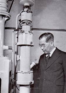 写真1-電子顕微鏡と瀬藤先生